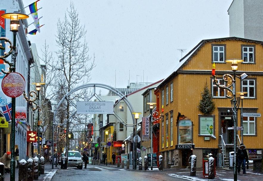 Laugavegur butiksgade i Reykjavík. Billede fra Wikimedia Commons.