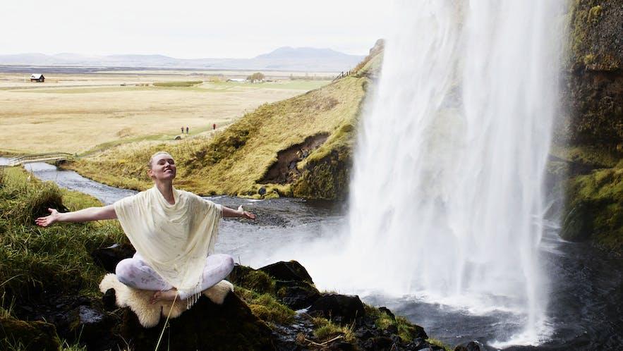 冰岛大自然中的瑜伽