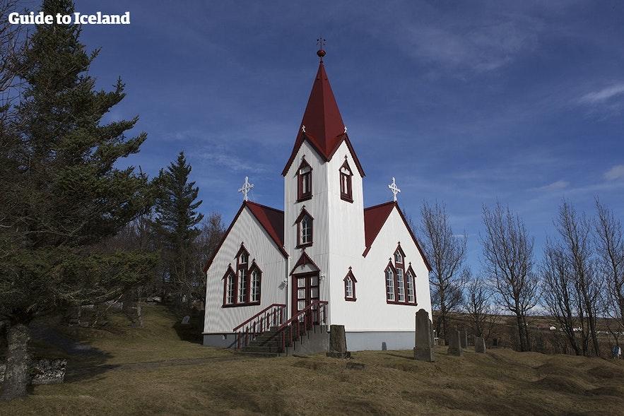 아이슬란드 교회는 대부분 흰 건물과 붉은 지붕입니다.