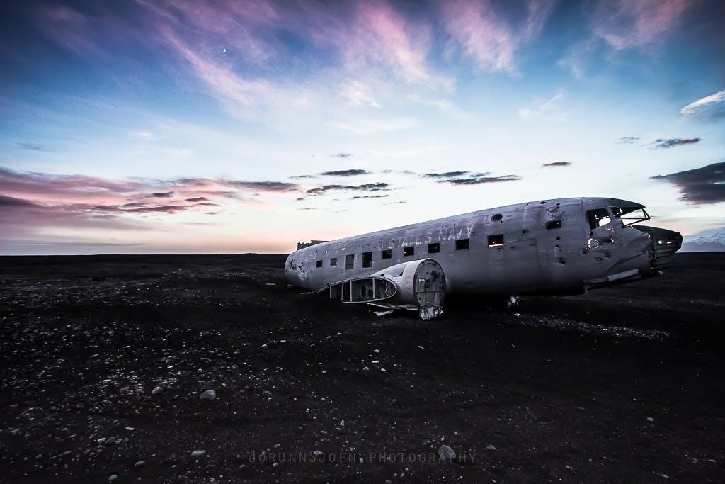 冰岛黑沙滩上的飞机残骸