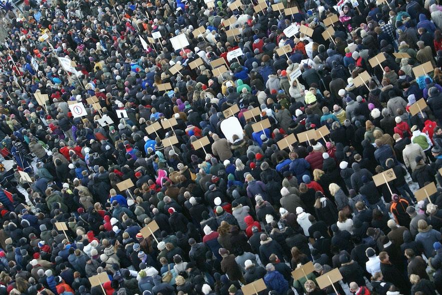 2008년 경제 위기 후 거리로 뛰쳐나온 수 백명의 시민