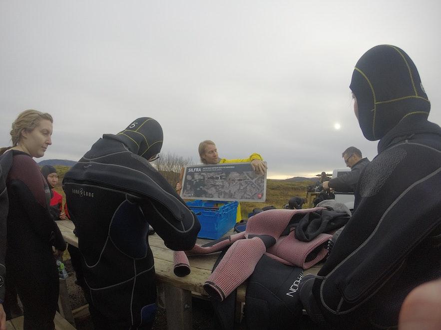 Instructions avant la plongée à Silfra sur une carte