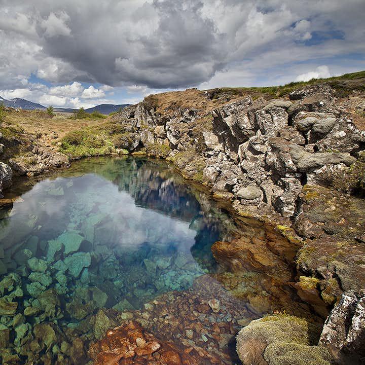 丝浮拉裂缝可见度世界名列前茅,是世界上排名前三的冷水潜水、浮潜地