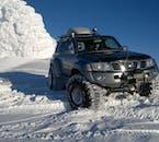아이슬란드는 수퍼지프의 나라로, 어디나 갈 수 있는 이 파워풀한 차량으로 빙하 위에도 거뜬이 주행합니다.