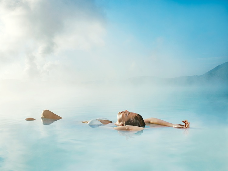 Rozpocznij wakacje na Islandii we właściwy sposób, kąpiąc się w Błękitnej Lagunie.