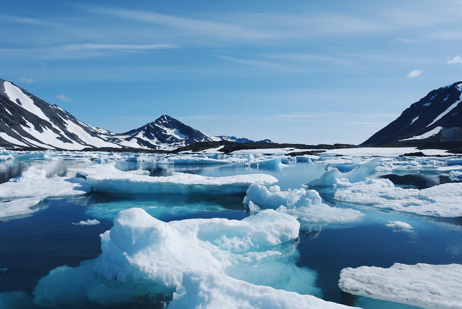 围绕着格陵兰村落库鲁萨克的峡湾有着许多大型冰块以及鲸鱼
