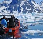 Eine Bootstour im Sommer bringt dich unglaublich nah an die Eisberge in Grönland.