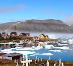 Kulusuk leży w otoczeniu gór lodowych oraz majestatycznych gór.