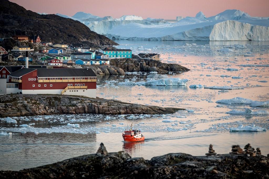 夏季是非常适合去格陵兰伊卢利萨特旅行,小镇风景宜人