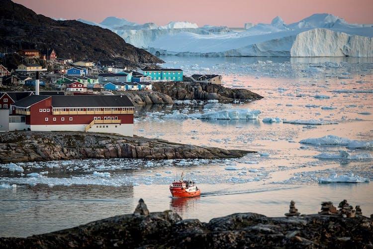 グリーンランドの西海岸にあるイルリサットの町と巨大な氷山の美しいな風景