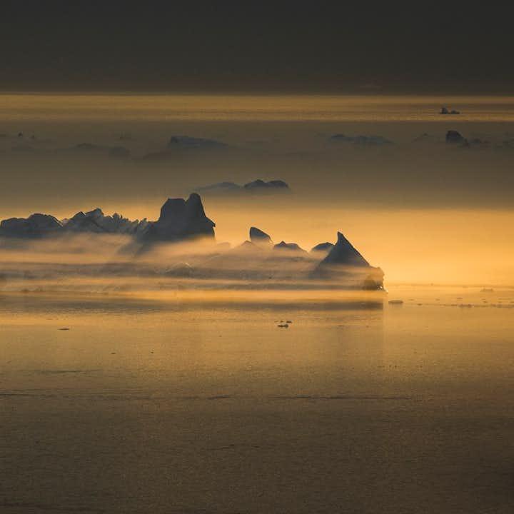 Un iceberg au Groenland vu depuis Ilulissat sous le soleil de minuit
