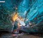 Eishöhlen findet man unter dem Gletscher Vatnajökull, aber man kann sie nur betreten, wenn die Umgebungstemperatur weit unter dem Gefrierpunkt liegt.