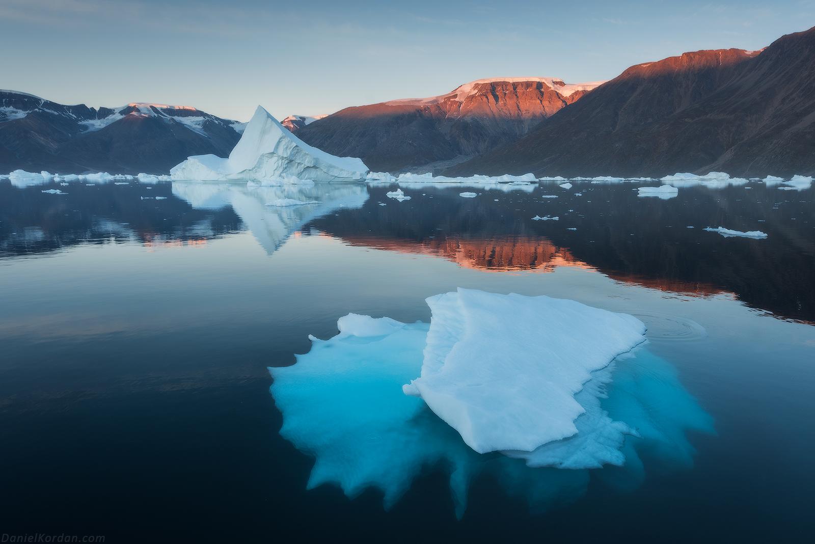 동부 그린란드에는 산과 피요르드 거대한 빙산들로 여름 풍경이 장식되어 있습니다.