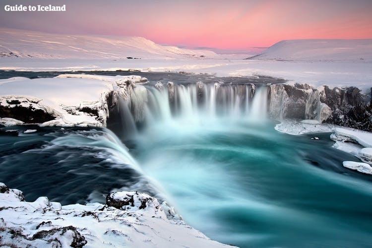 30-metrowy wodospad Goðafoss na północy Islandii.