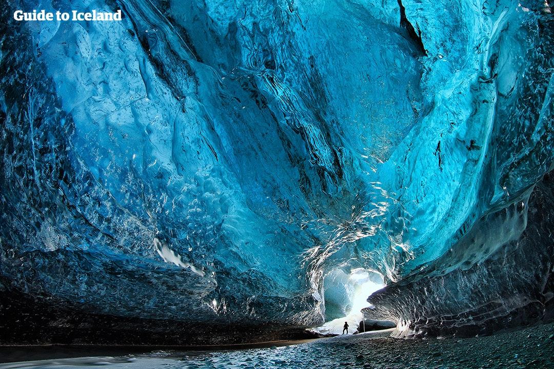 Zwiedzanie elektrycznej niebieskiej jaskini lodowej w lodowcu to jedyne w swoim rodzaju doświadczenie, które możesz dodać do swojej wycieczki samochodowej.
