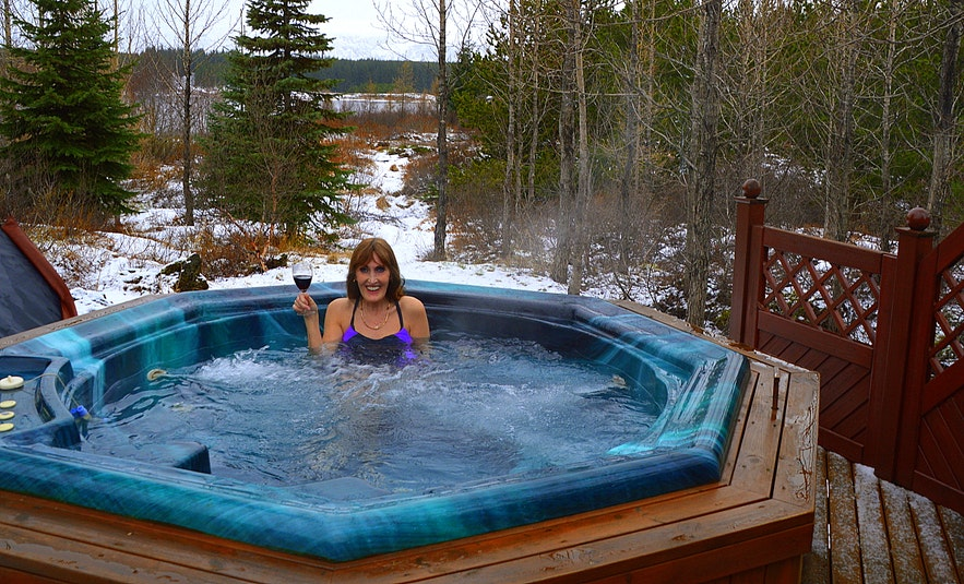 Regína soakin in the hut tub at the Secret Cabin of Thor