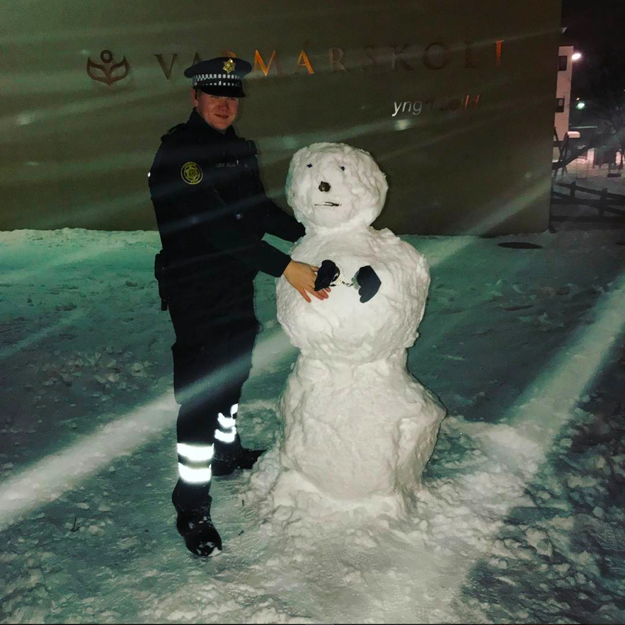 冰島警察堆雪人