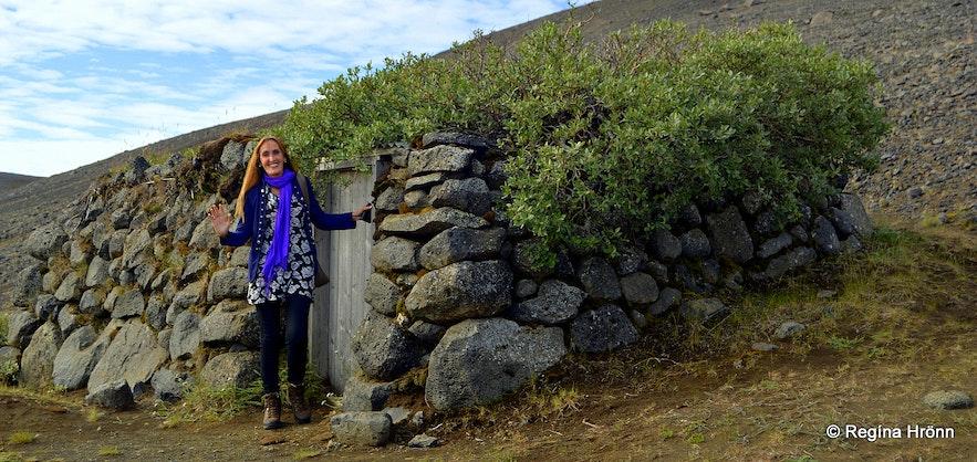 Regína by Tumbi hut