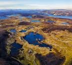 多数の火口湖が点在するアイスランドの中央高地、ハイランド