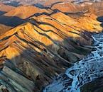 流紋岩の山が連なるアイスランドの「ハイランド」と呼ばれる中央高地