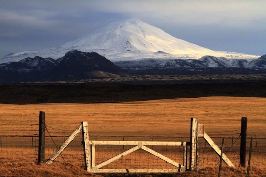 헤클라 화산이 보이는 고요한 아이슬란드 풍경