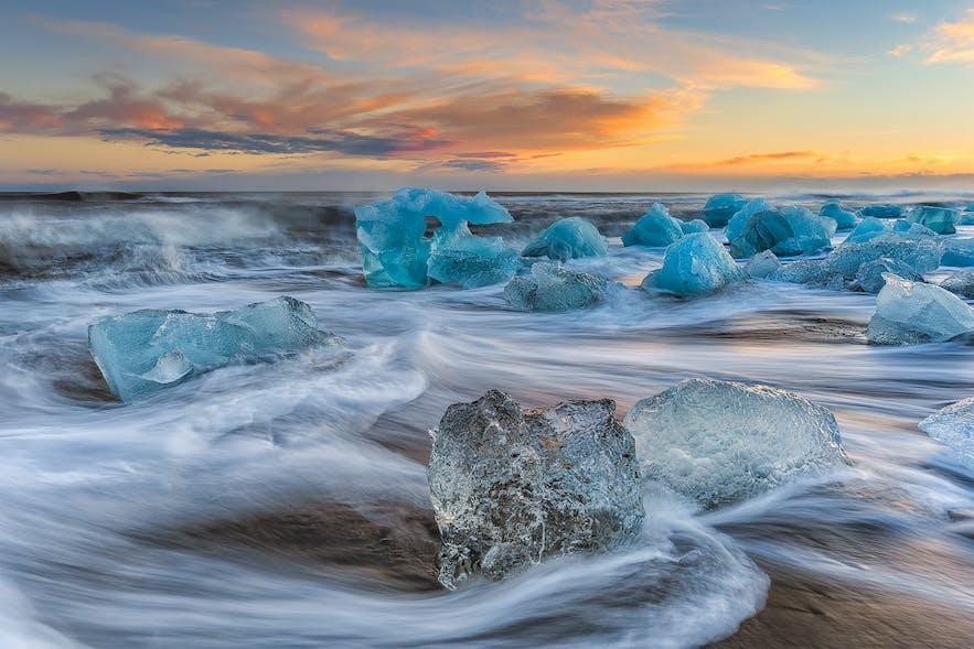 在冰岛旅行主要以自然观光为主,最不能错过的便是杰古沙龙冰河湖