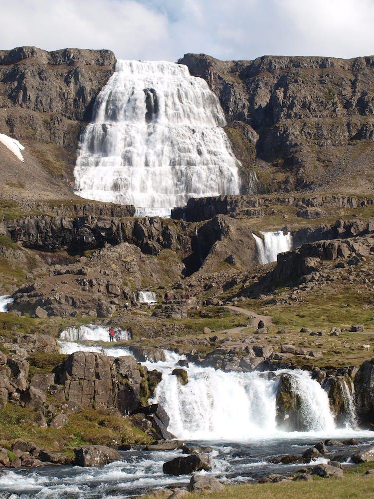딘얀디 폭포는 아이슬란드에서 가장 유명한 폭포 중하나로 인적이 드문 지역인 서부피요르드에 위치하고 있습니다.