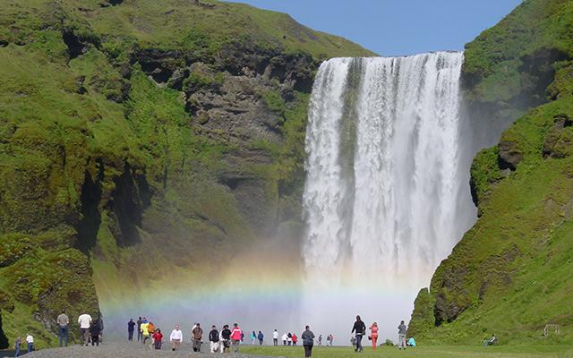 Con 60 metros de altura y hasta 25 metros de ancho, la cascada de Skógafoss es impresionante.