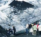 El glaciar Sólheimajökull, lleno de ceniza volcánica, refleja perfectamente la naturaleza volcánica de Islandia.