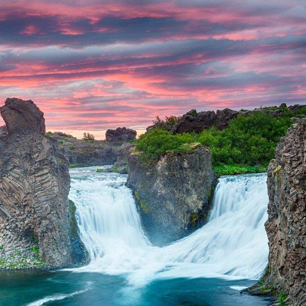 Gröna, blå och röda nyanser smälter samman i Islands färgglada sommarlandskap.
