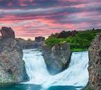 Исландский летний ландшафт удивляет обилием цветов. Небо отливает всеми оттенками красного, зеленого и голубого.