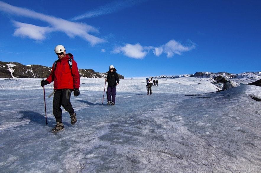 ソゥルヘイマヨークトル氷河でのハイキングの様子
