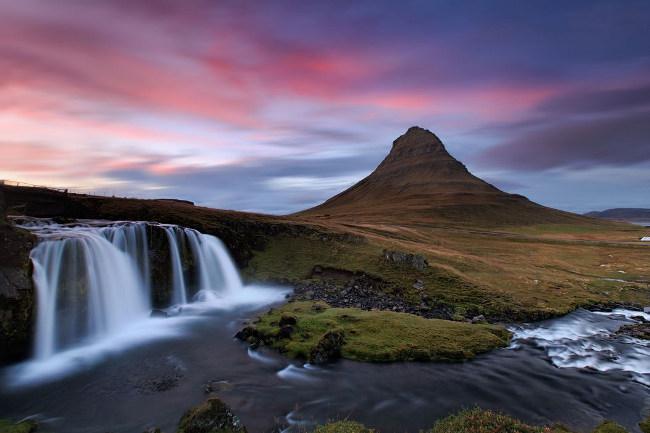 La parte norte de la península de Snæfellsnes tiene muchas maravillas, pero ninguna tan atractiva como la montaña Kirkjufell, su cascada adyacente.