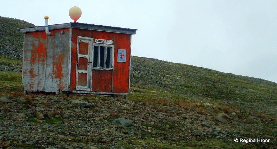 The emergency shelter on the mountain leading to Ingjaldssandur