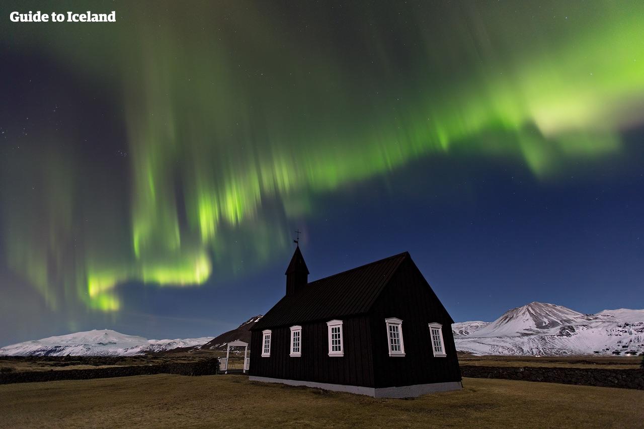 Da die Halbinsel Snaefellsnes nur sehr dünn besiedelt ist und wenig Lichtverschmutzung aufweist, ist sie der ideale Ort, um die Nordlichter zu jagen.