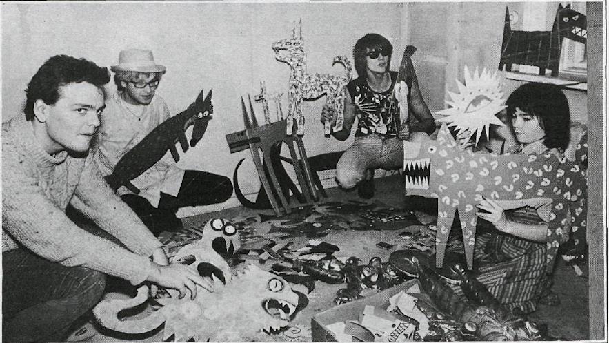 Zdjęcie archiwalne, islandzka piosenkarka Bjork ze znajomymi.