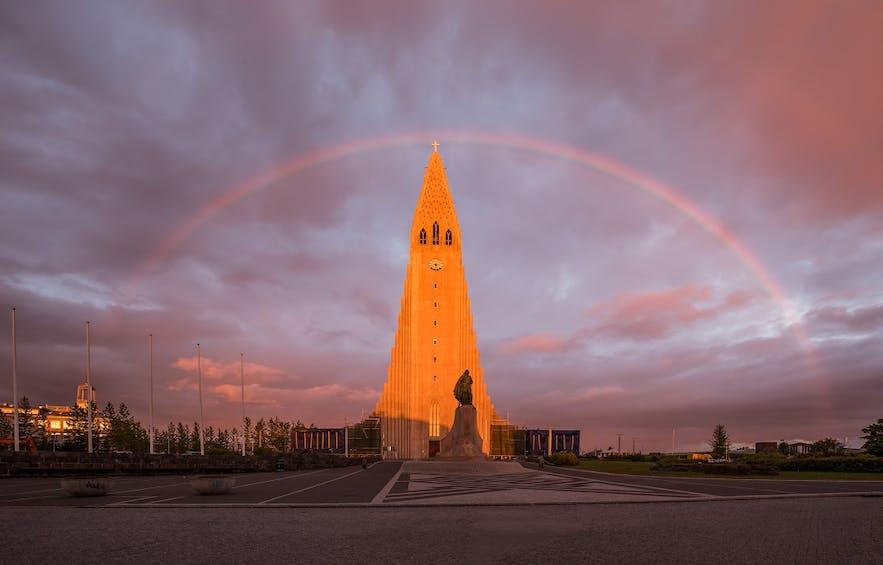Die ikonische Hallgrímskirkja-Kirche in Reykjavik.