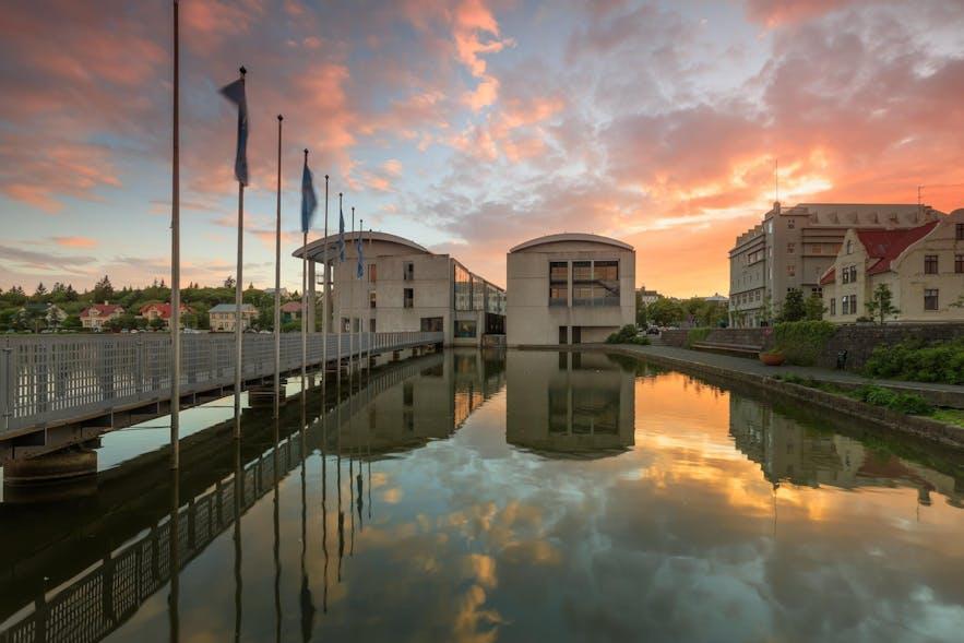 Ratusz w Reykjavíku.