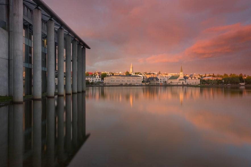 レイキャビク市庁舎とチョルトニン湖