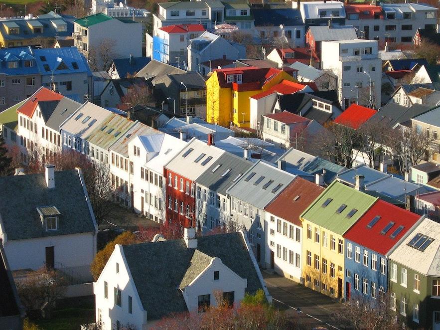 레이캬비크 주택가와 다채로운 색감의 양철 지붕