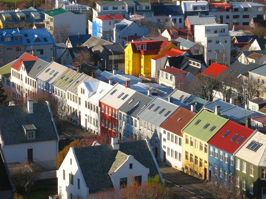 Kolorowe dachy domów w Reykjavíku.