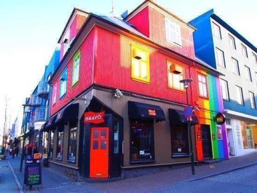 Bravo i Kiki to popularne bary na głównej ulicy, zwłaszcza wśród społeczności queerowej.