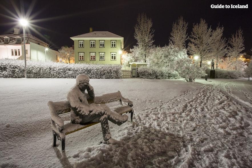 Скульптура Тоумаса Гудмундссона недалеко от городского пруда.