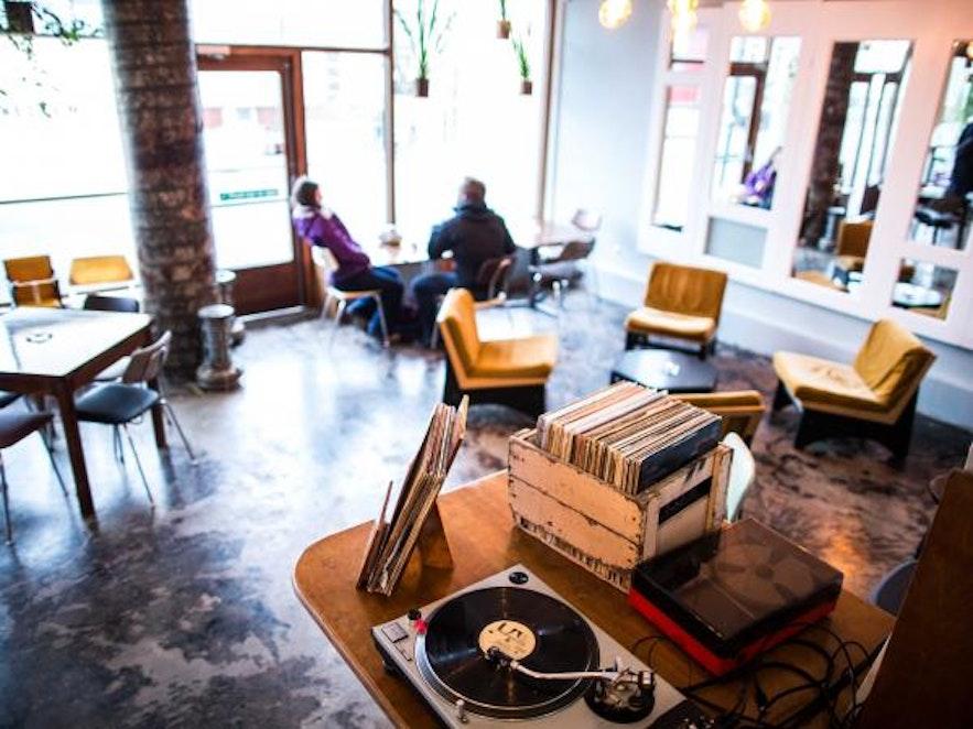 Kaffi Vinyl w centrum Reykjaviku.