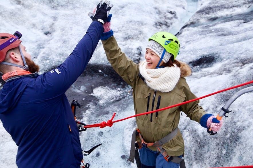 在冰岛跟随专业导游参加攀冰项目