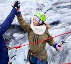 フレンドリーなガイドと仲良くし、氷河ハイキングとアイスクライミングを楽しもう!