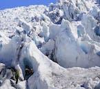 独特の氷の造形が見られる氷河ハイキング