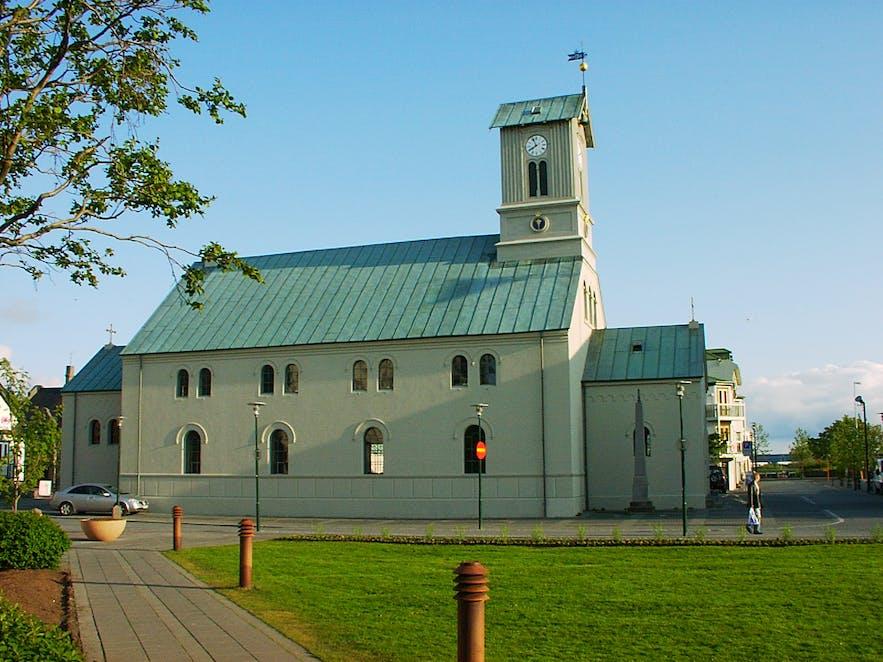 โบสถ์แห่งเมืองเรคยาวิกอาจมีขนาดเล็กกว่าแต่มีประวัติศาสตร์ยาวนานกว่าโบสถ์ฮัลล์กรีมสคิร์คยา.
