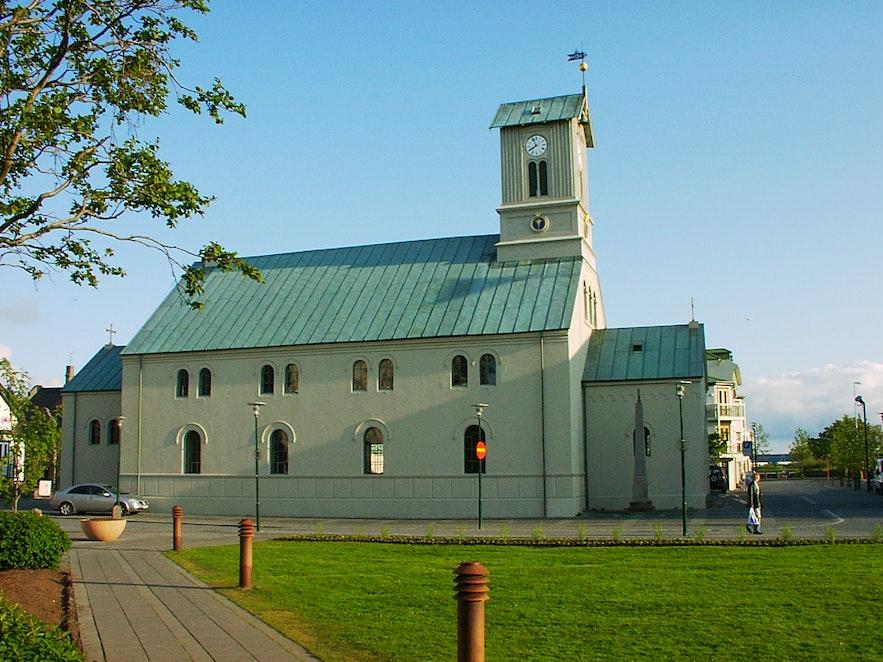 화려하지는 않지만 할그림스키르캬 교회보다 더 긴 역사를 자랑하는 레이캬비크 대성당