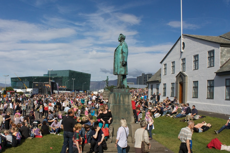 총리 관저 앞에 모여든 아이슬란드 국민